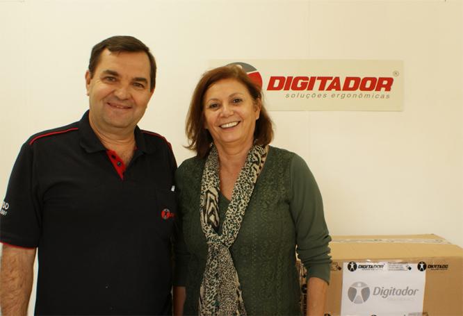 Digitador faz doação de mouse pads para escola técnica de Araras